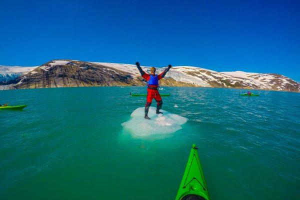 Står på et flytende isfjell på Svartisen